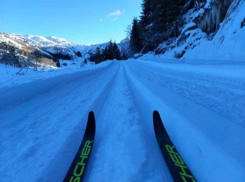 FINN FREM SKIENE: Det er bare å spenne på seg skiene, og ta turen til Sætra og Sandstøl.