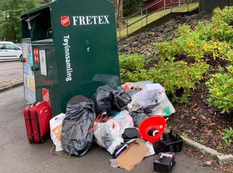 FORSØPLING: Anne Schatten reagerer på forsøplingen. Lasset er dumpet ved tøyboksene til Fretex, som egentlig er til for å motta klær til gjenbruk.