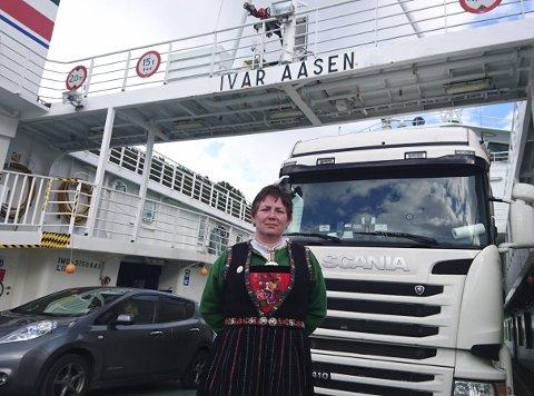 DRAUMEDAG PÅ 50-ÅRSDAGEN: Inger Helen Midtgård feira 50 års dagen sin om bord i MF Ivar Aasen.  Der mønstra ho på som trise og serverte vaflar og kaffi til passasjerane. Ho deklamerte også dikt til dei reisande.
