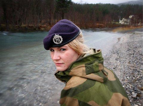 MÅTTE KLE AV SEG: Alice Asplund foran den aktuelle elven hun ble tvunget naken uti for over sju år siden. Da var hun også hovedtillitsvalgt for soldatene på Reitan.