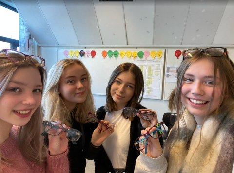 Nora Henriksen (t.v.), Martine Kaspersen, Mariell Rystad og Jenny Eslund i 10 A på Alstad ungdomsskole har fått inn noen briller, men håper på mange flere.