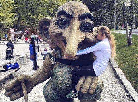 Kjærlighet: – Gjenforent med Den Eneste, skriver Marit Kosmeijer på Instagram om sitt møte med det smilende trollet.Foto: Privat