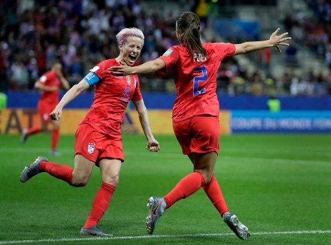Megan Rapinoe (t.v.) jubler sammen med Mallory Pugh etter storseieren mot Thailand i VM. Nå venter en knalltøff kvartfinale mot vertsnasjonen, Frankrike. (AP Photo/Alessandra Tarantino)
