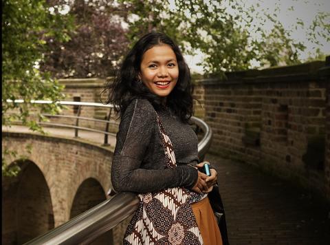 Safrini Malahayati (33) er en av mange i Bergen som ønsker å gjøre hverdagen litt lettere for andre i ukene nå.