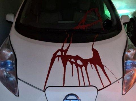 Malingen var sølt utover fronten av bilen.