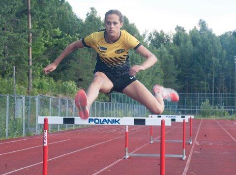 TO BRONSE: Solveig Hernandez Vråle (17) tok bronse i tresteg og 400 meter hekk under jr-NM på Brandbu i helgen.