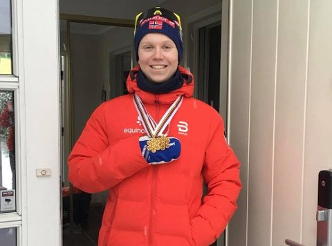 HJEMME IGJEN: Martin Kirkeberg Mørk kunne fornøyd posere med to VM-gull etter å ha kommet hjem til Drammen mandag ettermiddag.