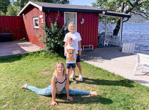 HYTTELYKKE: Tross rekordpågang klarte Lin Heidi Isaksen (bak i bildet) å sikre et opphold på Hernestangen i Hyggen, én av kystledhyttene til Oslofjordens Friluftsråd. Her med Isak Svensson (6) og Marte Oldeman Christensen (10) i spagaten.