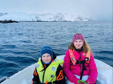 Emma og Benjamin bruker litt av tiden på å fore rein som overvintrer på Lilleøya utenfor Kamøyvær.