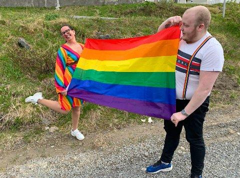 VIL HA EN REAL FESTDAG: Jill Einvik og Tarald Nikolaisen har flagget og antrekket klart. Men det er mye som gjenstår før det kan bli PRIDE på Magerøya.