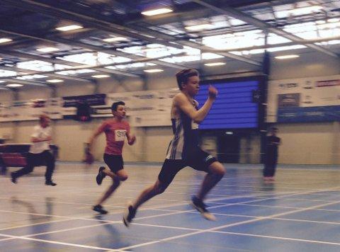TALENT: 14 år gamle Adrian Kinnunen er på veg mot landstoppen i si aldersklasse både i lengde og på 100 meter, og skal delta på ungdomsstemnet.