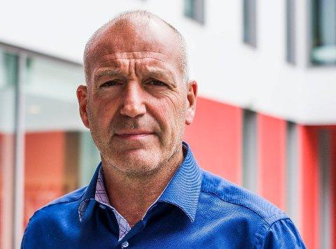 HYRA INN KONSULENT: Personalsjef Jan Birger Moe i Sunnfjord kommune har engasjert konsulent Johan Petter Øren for å hjelpe brannsjef Bernhard Øberg.