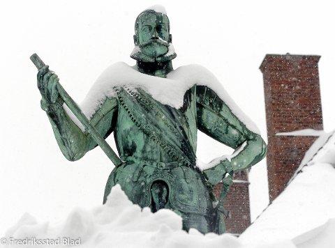 Vi måtte virkelig grave dypt i FB-arkivet for å finne et snødekket bilde. Her står kong Frederik i Gamlebyen med snø opp til knærne tilbake i 2006. Hvordan blir det for ham og oss andre på julaften?