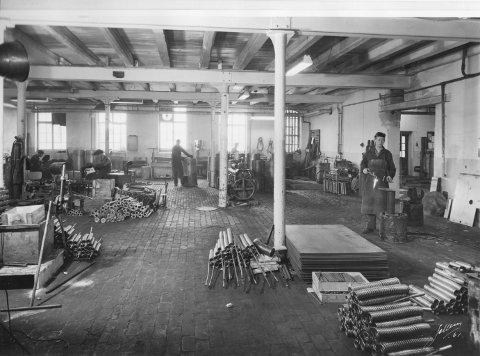 NYE LOKALER: I 1957 flyttet Høiax inn i nye lokaler på Nabbetorp. Bildet skal være hentet fra den nye, romslige monteringshallen.