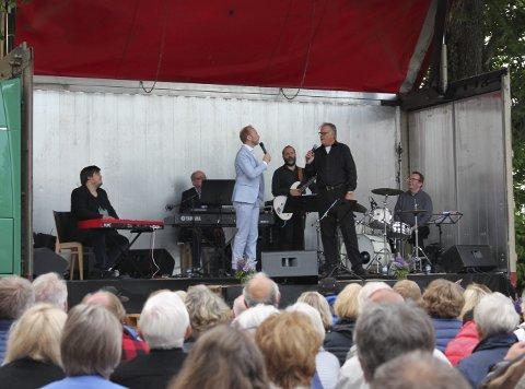 Erik-André Hvidtsen og Lasse Berghagen delte scene og sang duetter under konserten.
