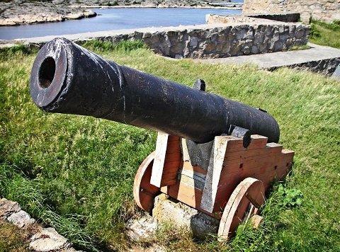 IKKE GODT NOK: Også lavettene til kanonene på Akerøya må ordnes. Dette bildet er fra en artikkel i FB i 2011, hvor forfallet på øya var tema.
