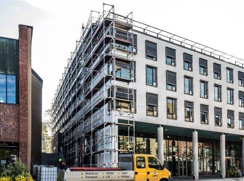 Noren Maler og Byggtapetserforretning hadde jobben med å male Rådhuset utvendig i 2018.