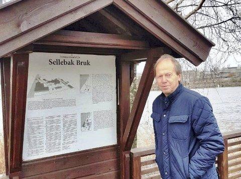 Tor Erik Jakobsen på rasteplassen ved Glomma på Selbak. Den ble anlagt av Selbak lokalsamfunnsutvalg, der han var sekretær i 23 år. 8FOTO: PRIVAT