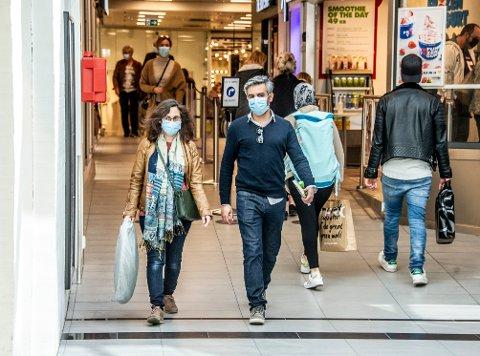 Butikker og spisesteder åpnet forrige uke. Nå er skolene tilbake på gult nivå, og det åpnes for innendørs fritidsaktivitet for alle under 20 år.