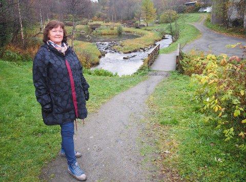 Randi Melgaard, kultursjef i Narvik ser lyset gjennom portalen.