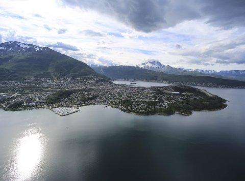 Forskjell på Narvik og Narvik: Narvik er både kommunenavn og tettsted. I forslaget til kommunestyret foreslår rådmannen at tettsteder med samisk tilknytning kan skiltes på samisk sammen med norsk, mens kommunen Narvik kun skal skiltes på bokmål.