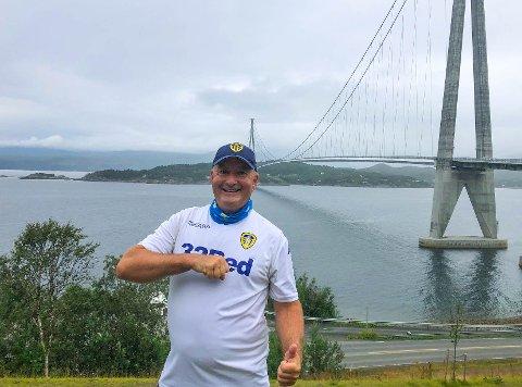 LEEDS-SUPPORTER: Siste strekket på den 230 kilometer lange turen til Geir Rishaug gikk fra Bjerkvik til Narvik.