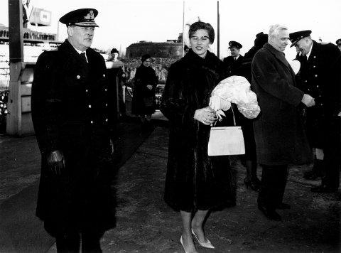 GUDMOR: KNM Oslos dåp. Fra venstre kong Olav, gudmor prinsesse Astrid og helt til høyre administrerende direktør Michael Langballe.