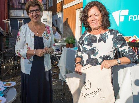 Direktør Randi Flesland og Frp-statsråd Solveig Horne lanserte den nye tjenesten Sjekk dagligvarer i Arendal onsdag.