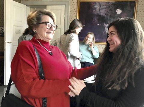 TAKK: – Du er tøff, sa Anne Fjeldbu og takket Nancy Herz for å stå opp for «de skamløse jentene» på Soroptimistenes høstmarked i Kvinnemuseet lørdag. Det ble en meget intens time.bilder: anita krok