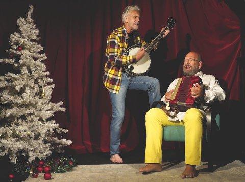 DET VEGRES TIL JUL: Terje Nordby og Anders Rogg gjør det andre tenker: – Kabareten «Jeg er ikke så jævla glad hver julekveld» handler om at det både går an å grue seg og glede seg til jula, sier Terje Nordby. Nå kommer de hjem til Odalen og speller.