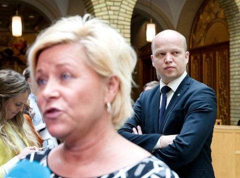 Finansminister Siv Jensen (t.v) og Sp-leder Trygve Slagsvold Vedum etter spørretimen i Stortinget onsdag formiddag. stilte spørsmål i den muntlige spørretimen.