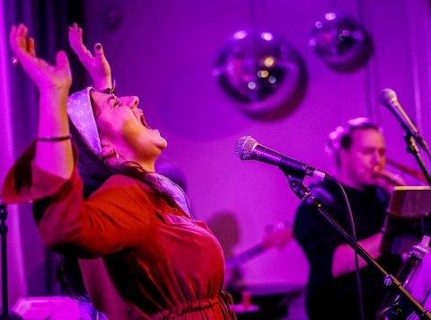 """PÅ SCENEN: Slik kan det hende publikum får oppleve Tina Therese Rustadstuen fredag kveld under Lillehammer Bluesweekend. Bak trombonisten Nils Andreas """"Nilas"""" Granseth."""
