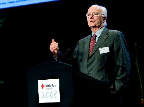 Thorvald Stoltenberg var president i Norges Røde Kors i ni år.