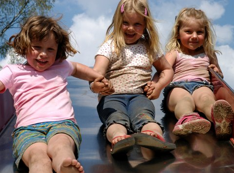 Bestevenner: Sara Jåvold Madi, Kamilla Overen og Frida Hval Skiaker for ti år siden i Solheim barnehage. Arkivfoto: June Bjørkli