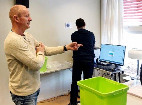TREDJE GANG: Valgansvarlig Vegard Skogen (t.v.) og Tom Erik Johansen er i gang med scanning av valgsedlene fra Vestre Toten.