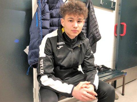 ALLSIDIG: Elham Hosainy var så lovende at han ble anbefalt av Simen Agdestein å satse på sjakk, men han stortrives i fotballgarderoben.