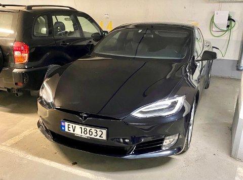 BORTE VEKK: Denne Teslaen ble stjålet fra en gårdsplass på Harestua natt til fredag.