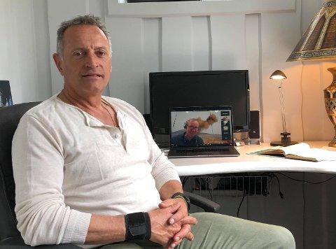 HAR IKKE FIBER: – Frustrerende! Petter Lindqvist jobber fra hjemmekontor, men sliter med dårlig og utdatert internett. Nå har han og naboene klaget i håp om å få fibernett.