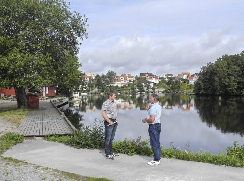 FORBUDT: – Her ved Turistenbrygga er det forbudt med vannskuter, sier Torbjørn Fosser (tv) og Basse Amundsen.