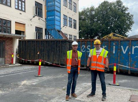 Prosjektleder Arne Eikre og anleggsleder Trond Segerblad står foran Os skole som skal renoveres, og stå klart i 2024.