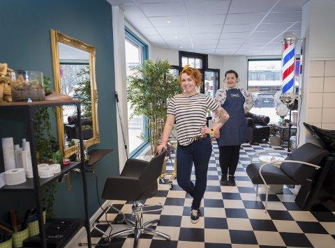 NYE MULIGHETER: Julia Stenberg Løken startet opp frisørsalong for ti år siden. Forrige helg åpnet hun opp salong to. Frisør Amalie Tomter Johansen (høyre) gleder seg til å jobbe i nye lokaler.