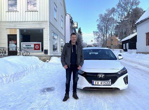 ELEKTRISK: Kjøreskolelærer Tommy Ofstad fikk i forrige uke Hamars første el-skolebil. Han har fått fra å være skeptiker til el-bilfrelst. Foto: Jo E. Brenden