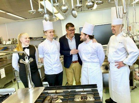 SPENTE: Storhamar-elevene Vilma Åsheim, Gaute Bekkevold og Erlend Heggelund og yrkesfaglærer Kim Michael Krohn mener samarbeidet med Hai Hang byr på mange spennende muligheter for kokke- og servitørelevene.