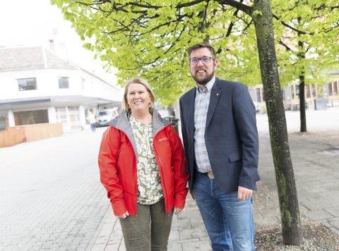 SPURTE INNBYGGERNE: Hamar Arbeiderpartis ordførerkandidat Aud Riseng, og partifelle Thomas Jørgensen sier de har innbyggerne på lag rundt flyplass og Mjøssykehus. Foto: Jo E. Brenden