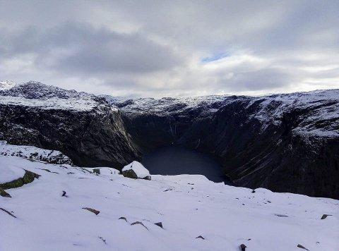 Vintertur: Slik såg det ut ved Trolltunga 17. september. Visit Hardangerfjord vil spre turistane utover året. Foto: trolltunga trail information