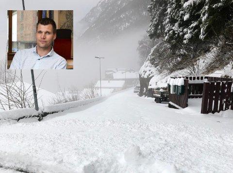 Ragdelia: Ein av våre lesarar opplyser at dette bilde vart tatt ca. klokka 13:30 søndag. Teknisk sjef Anton Langeland (innfelt) seier at når det kjem så store mengder med våt snø på kort tid, då må dei prioritera å opne dei viktigaste ferdselsårene først.