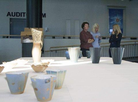 Keramikk: Karmsundutstillingen ønsker å vise keramikk av ulike keramikere, blant dem Turid Vikene og Bibiche Mourier. I bakgrunnen Bente Ørpetveit, Bente Døsen og Tone R.  Lande.