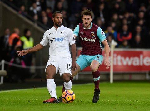 West Hams Håvard Nordtveit i duell med Swanseas Wayne Routledge.