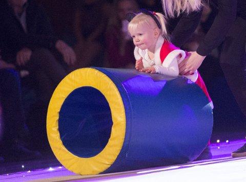 MINSTEMANN: Celine Veigner er bare to år, men går likevel på turnlek. Hun fikk selvfølgelig også være med i juleshowet til Haugesund Turnforening.FOTO: JAN KÅRE NESS Bildetekst
