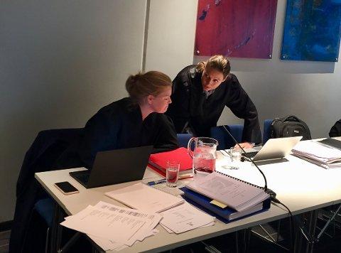 TINGRETTEN: Bistandsadvokatene Ingrid Lauvås og Benedicte Storhaug representerer datteren og den tiltaltes øvrige familiemedlemmer.